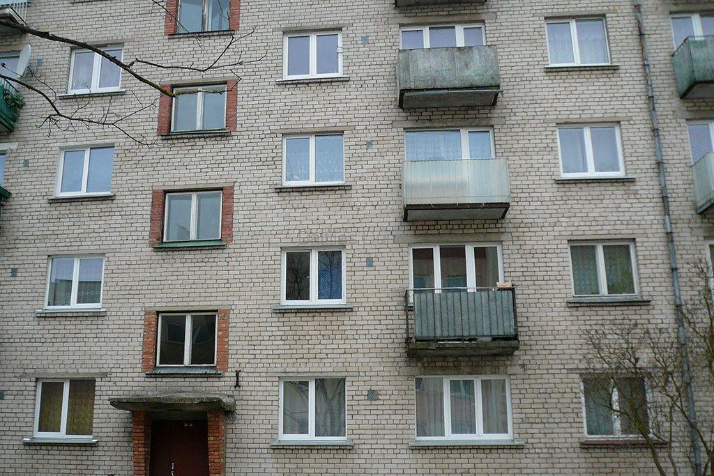 Logi Hruščova tipa māja (ķieģeļu)