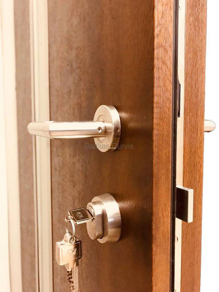 Деревянная наружная дверь
